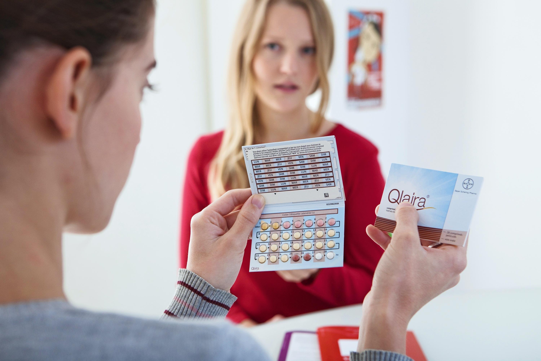 <stamp theme='svt-green1'>Doc. 1</stamp> Une adolescente choisissant son moyen de contraception au planning familial.