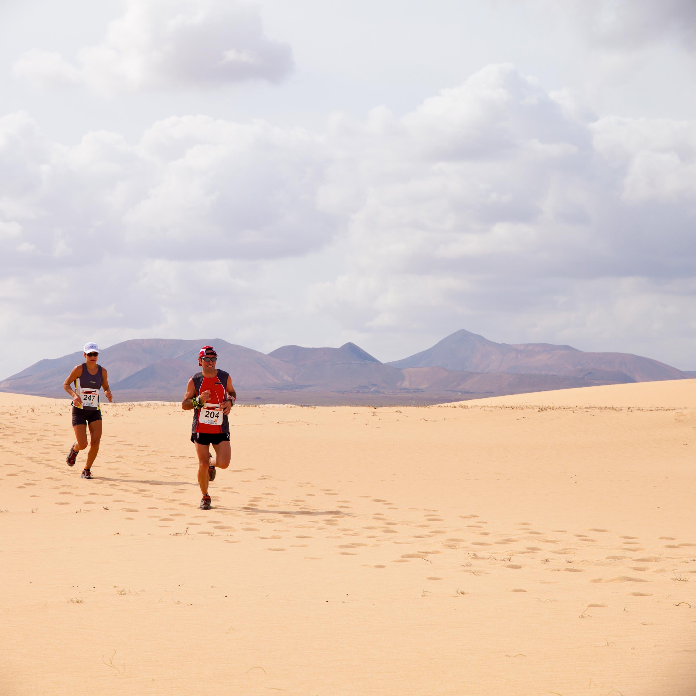 <stamp theme='svt-green1'>Doc. 1</stamp> Les coureurs dans les dunes de sable lors du semi-marathon international Fuerteventura, en 2011.