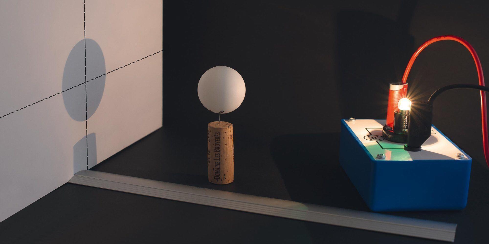 Ombre d'une boule portée sur un écran