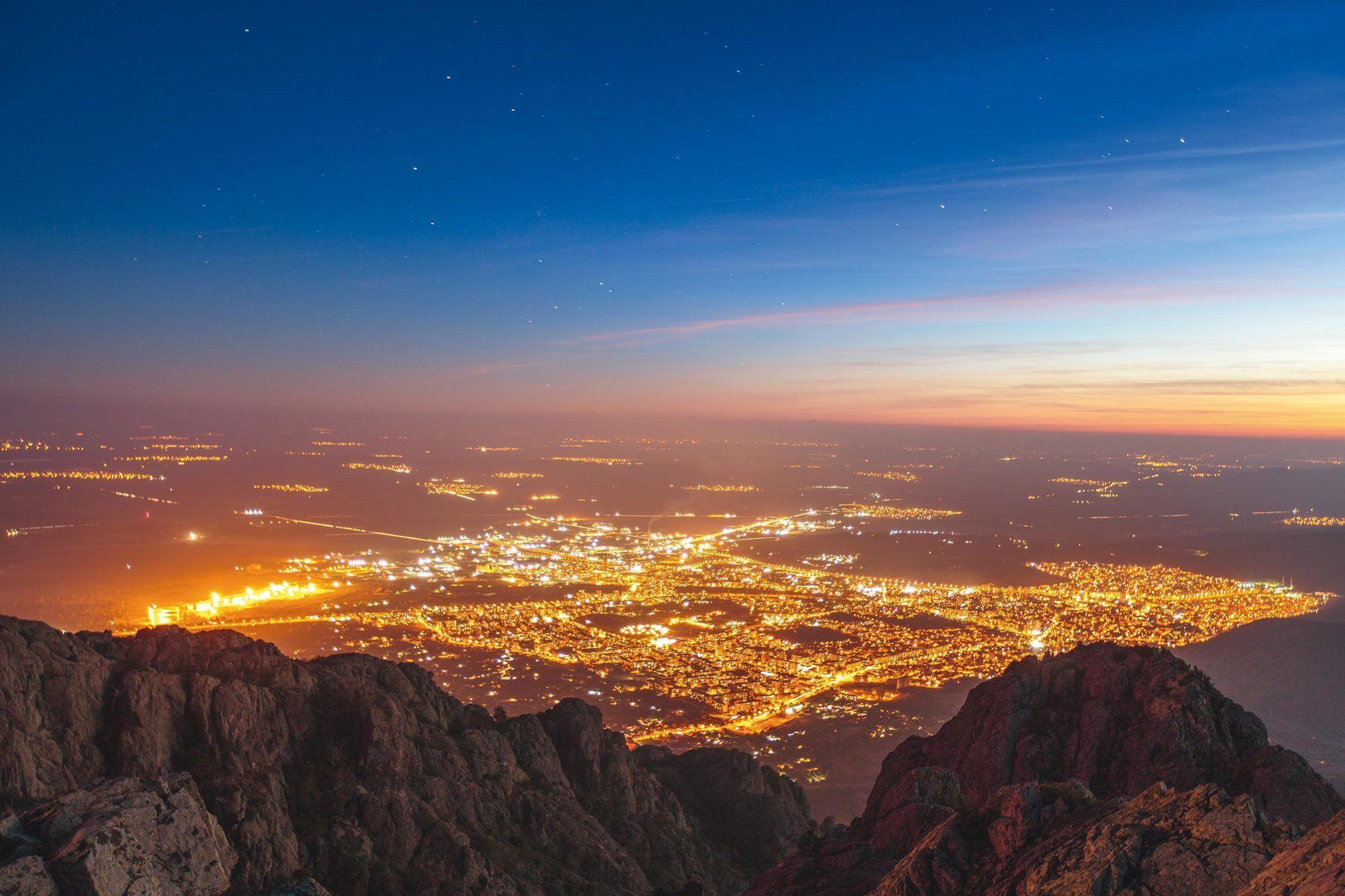 Les circuits électriques la nuit dans une ville