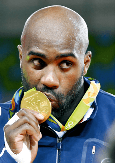Teddy Riner embrassant sa médaille d'or olympique