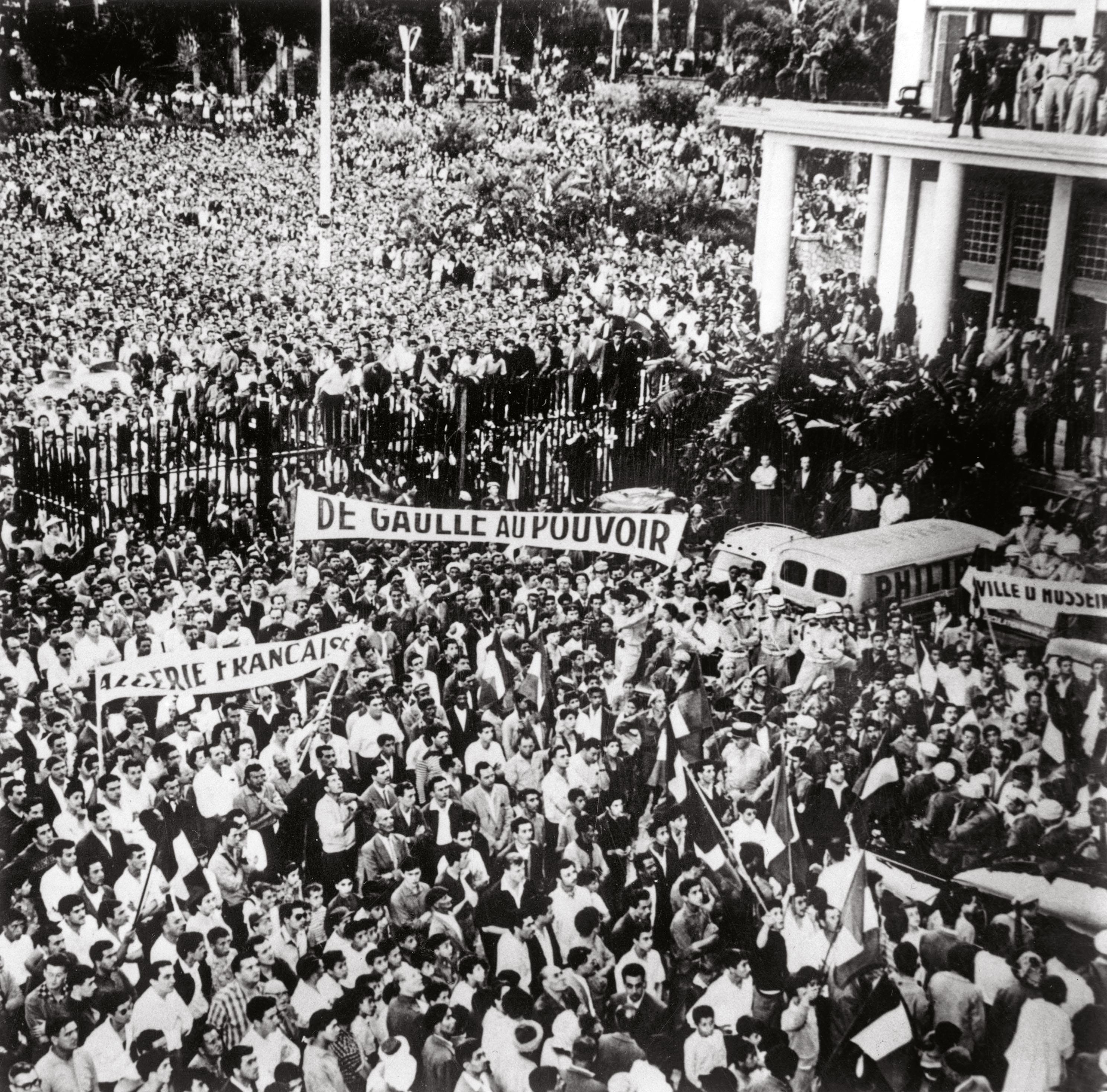 <stamp theme='his-green2'>Doc. 1</stamp> Manifestation à Alger, 13 mai 1958.