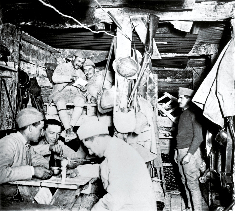 <stamp theme='his-green2'>Doc. 1</stamp> Des soldats français dans un abri de tranchée
