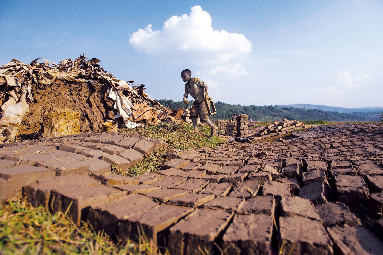 <stamp theme='his-green2'>Doc. 2</stamp> Un enfant dans une manufacture de briques, au nord du Burundi