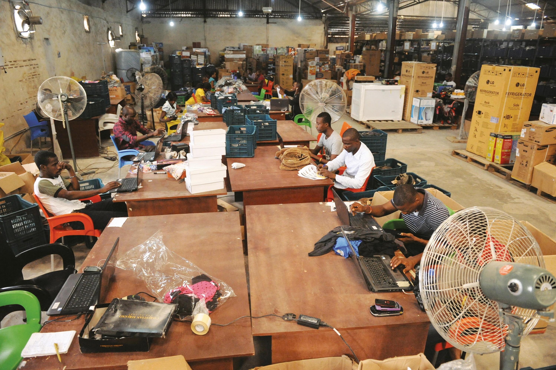 <stamp theme='his-green2'>Doc. 6</stamp> Des employés d'une société de commerce en ligne à Lagos (Nigeria)