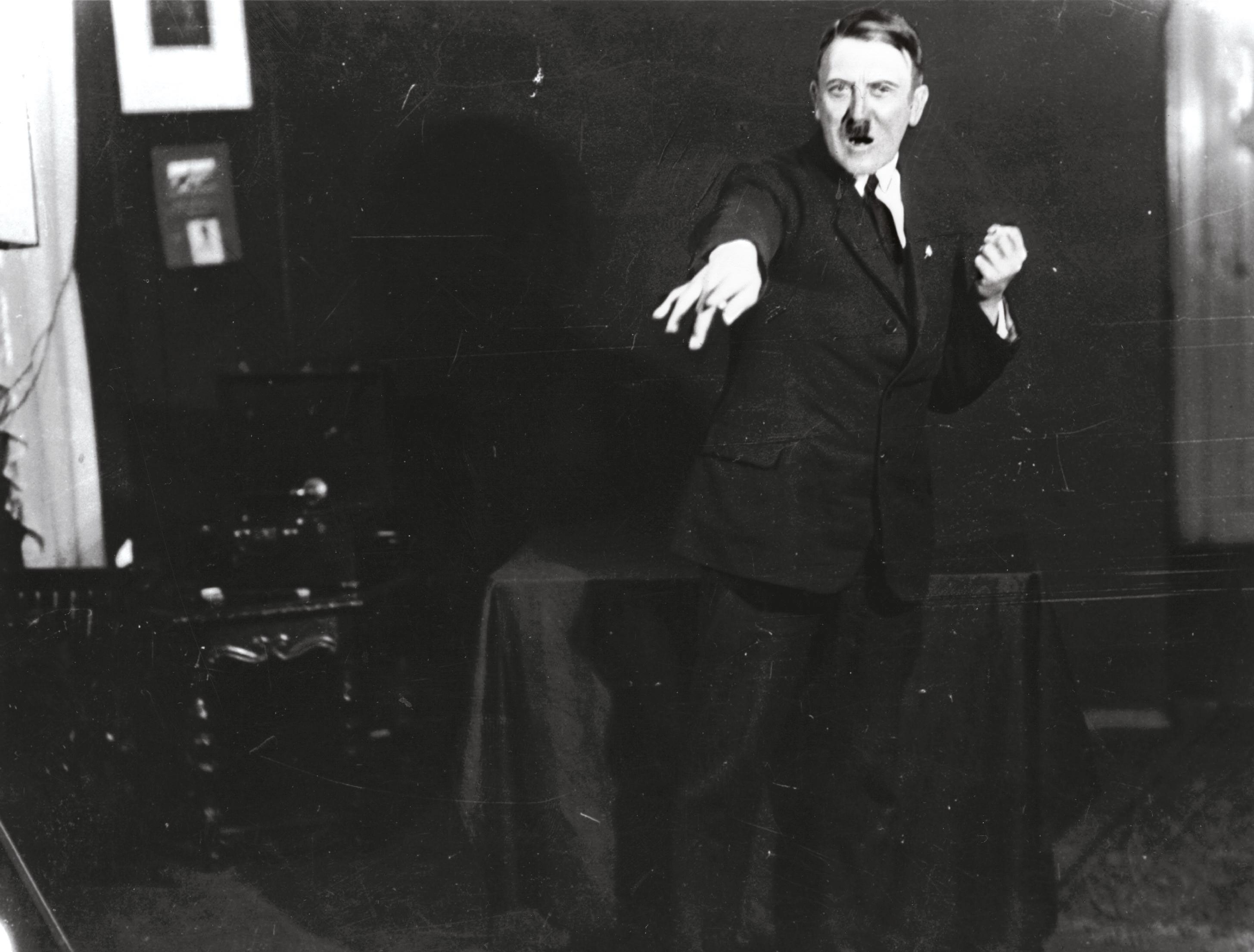 <stamp theme='his-green2'>Doc. 3</stamp> Adolf Hitler (1889-1945)