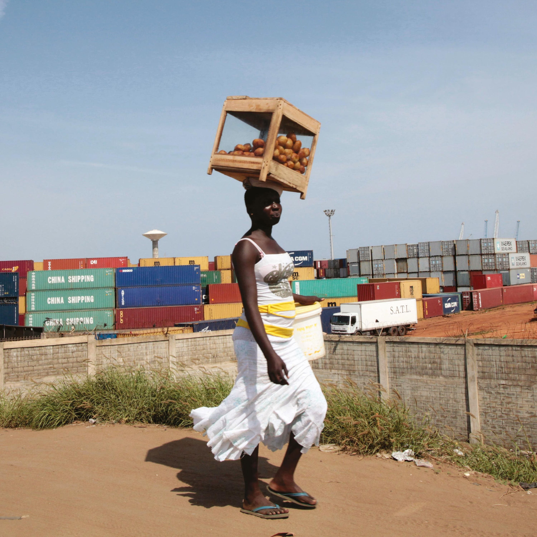 Une femme dans la ville de Lomé
