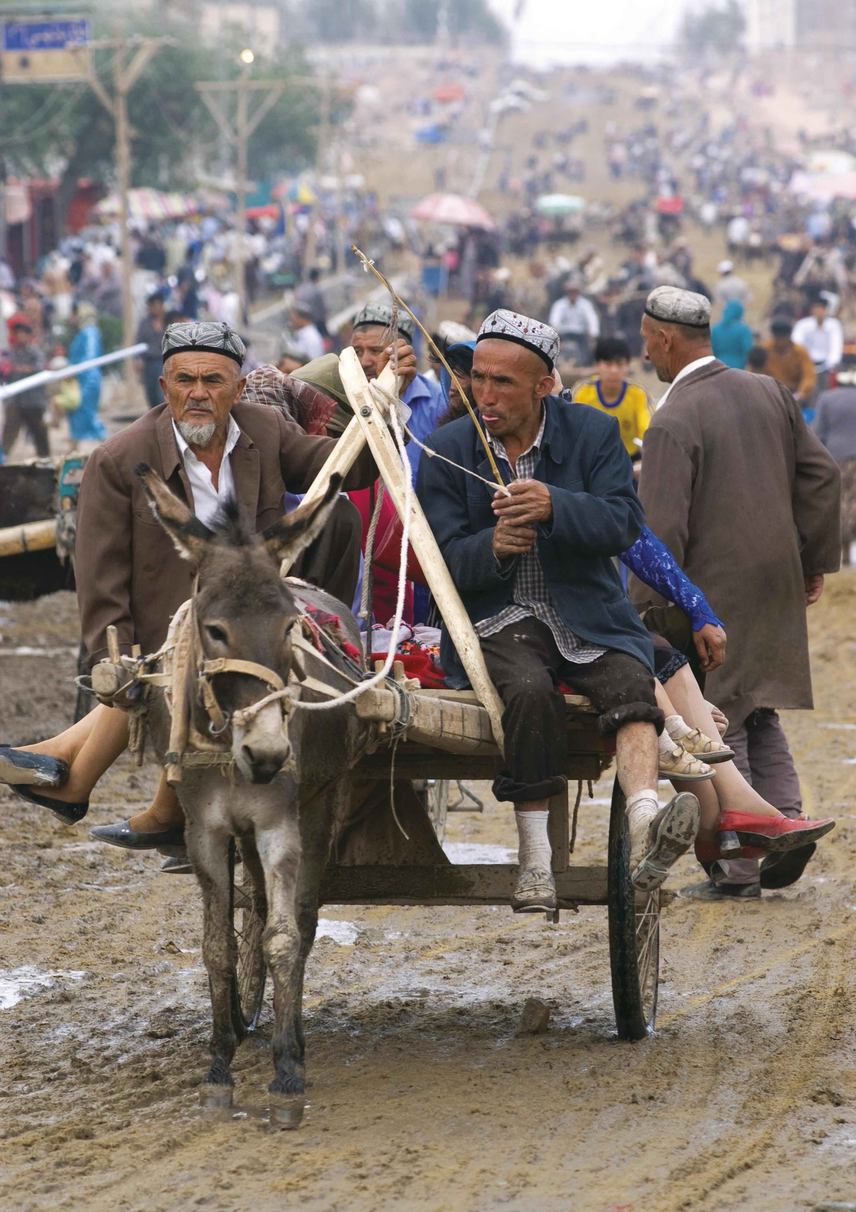 <stamp theme='his-green2'>Doc. 4</stamp> Des paysans au marché, dans la province de Xinjiang (Chine)