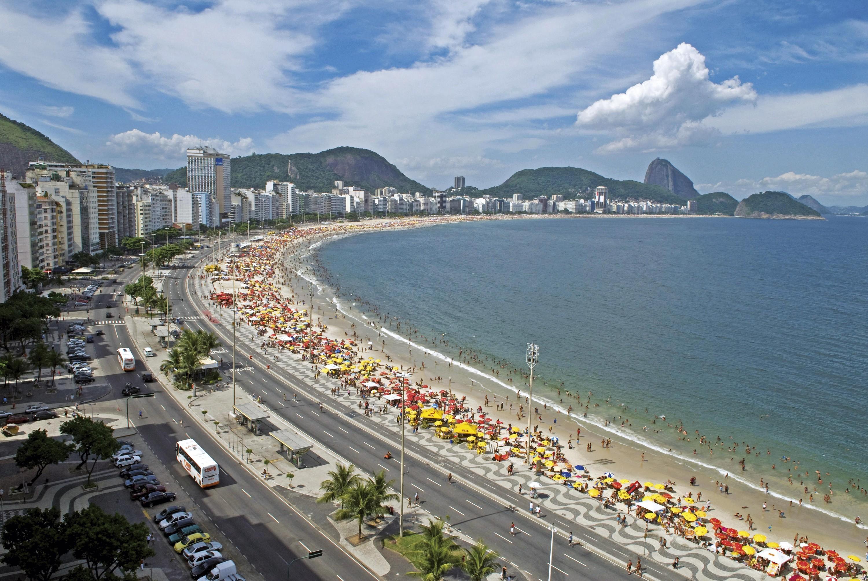 <stamp theme='his-green2'>Doc. 4</stamp> La plage de Copacabana à Rio de Janeiro (Brésil)