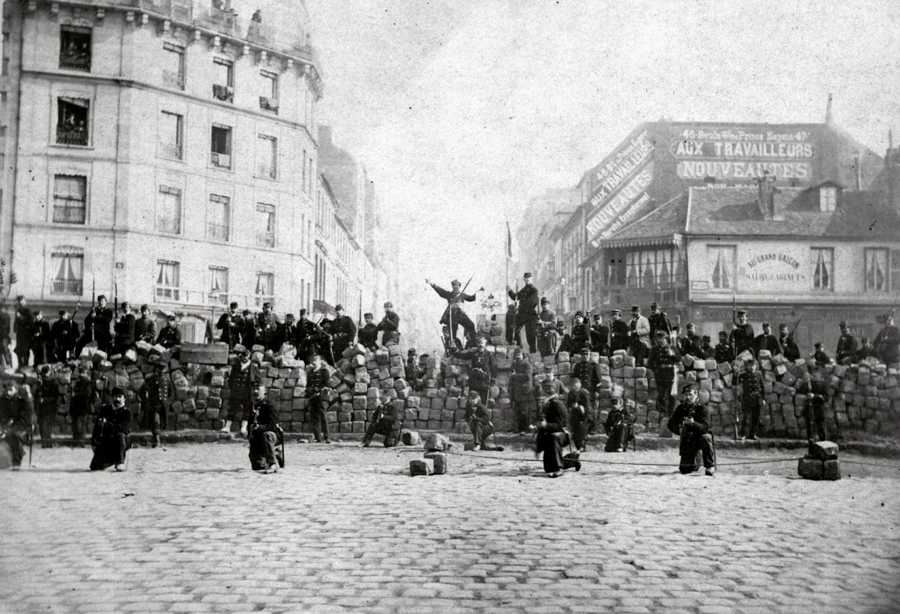 <stamp theme='his-green2'>Doc. 2</stamp> Photographie d'une barricade de Communards