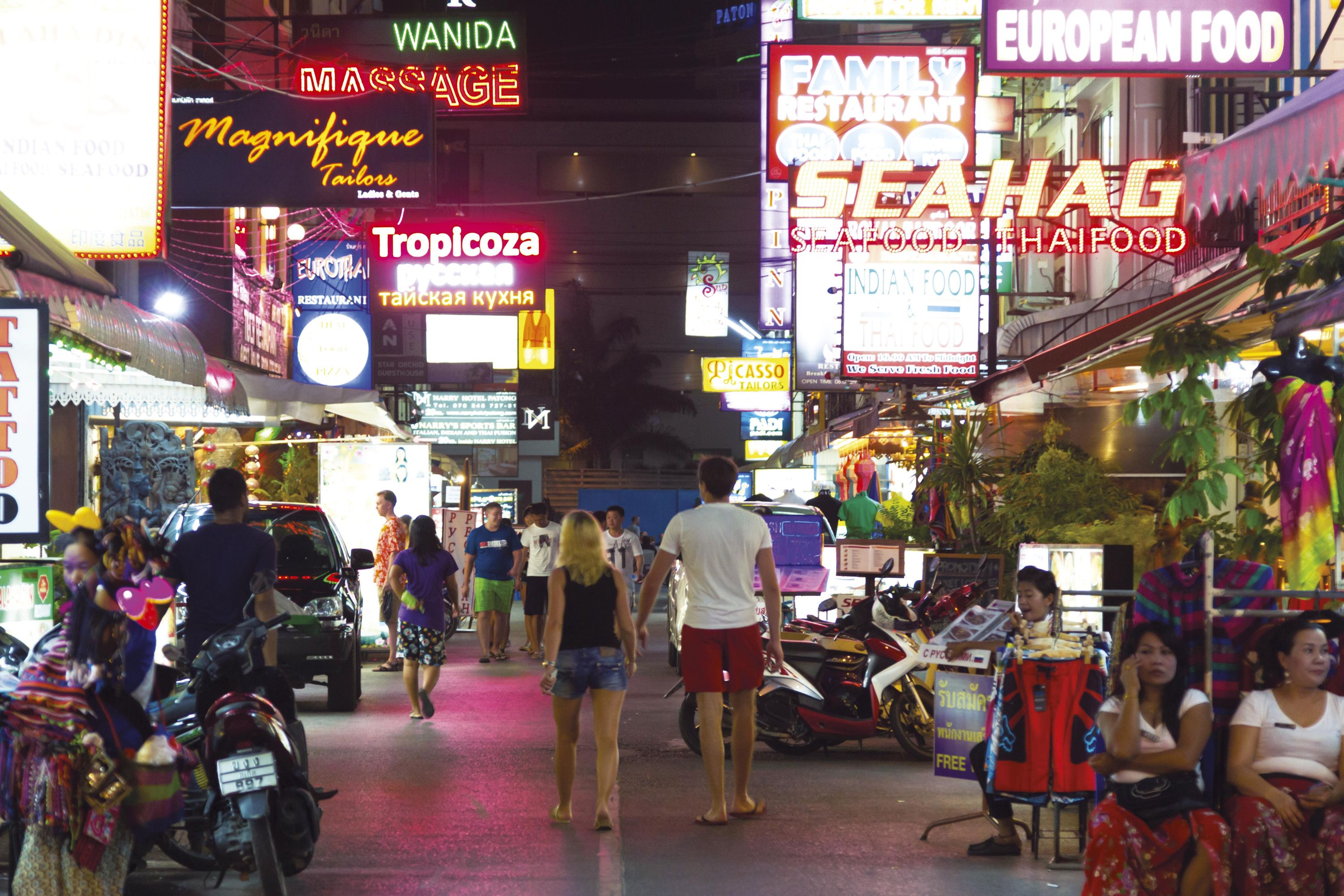 <stamp theme='his-green2'>Doc. 4</stamp> Une rue commerçante de Patong