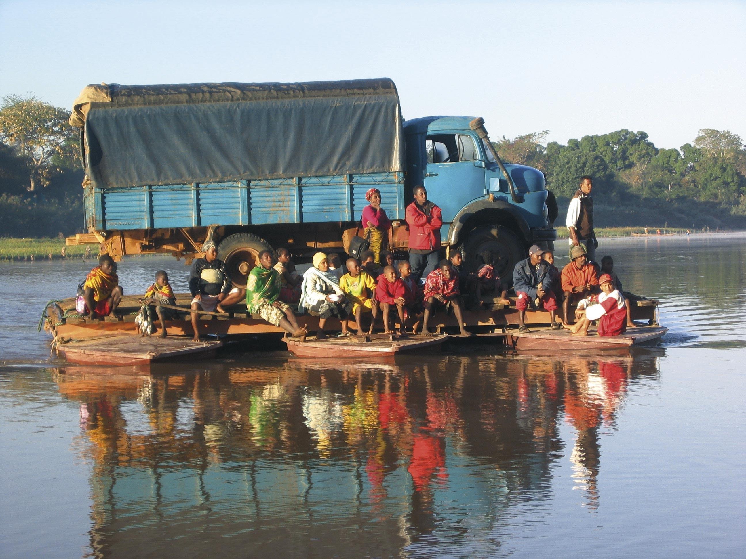 <stamp theme='his-green2'>Doc. 4</stamp> Se déplacer sur le fleuve Manambolo (Madagascar)