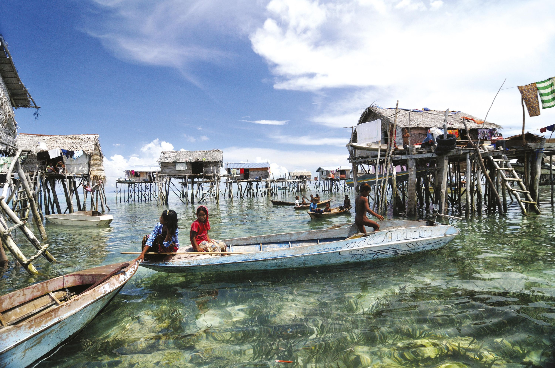 <stamp theme='his-green2'>Doc. 1</stamp> Village de l'ethnie Bajau Laut à Bornéo (Indonésie)