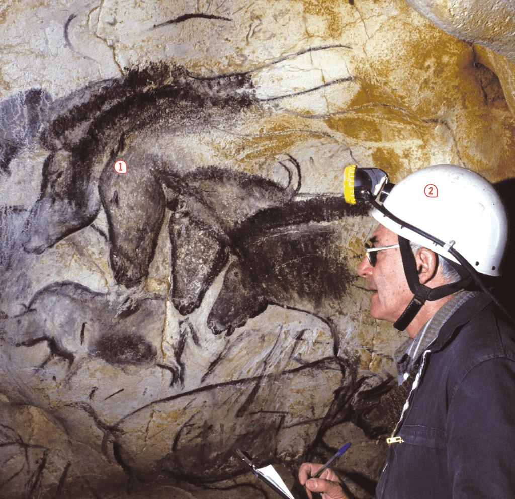 <stamp theme='his-green2'>Doc. 1</stamp> L'archéologue Jean Clottes au travail dans une grotte préhistorique