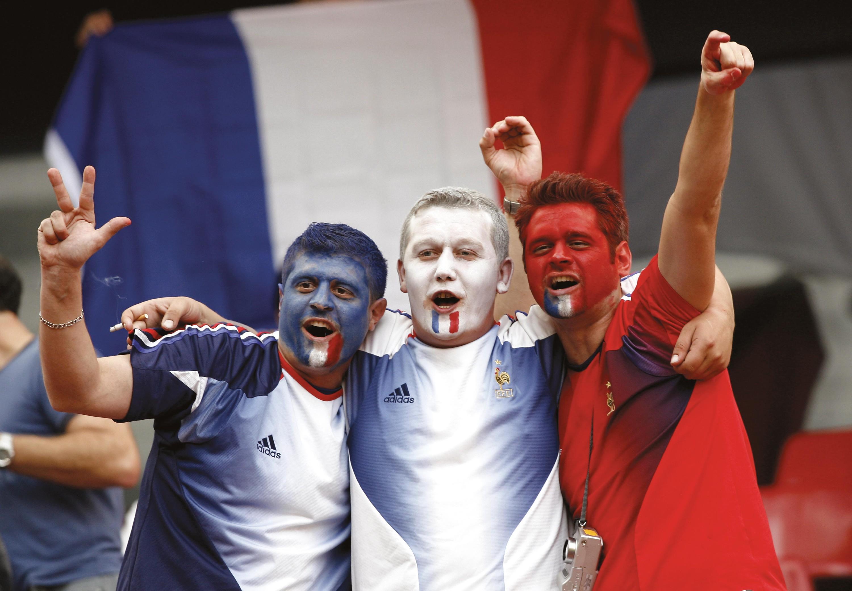 Trois supporters aux couleurs du drapeau français