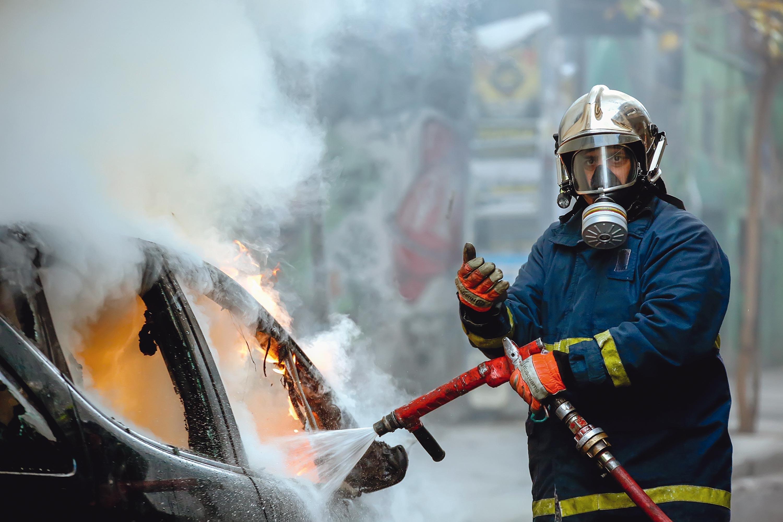 <stamp theme='pc-green1'>Doc. 1</stamp> Équipement de protection d'un pompier sur les lieux d'un incendie.