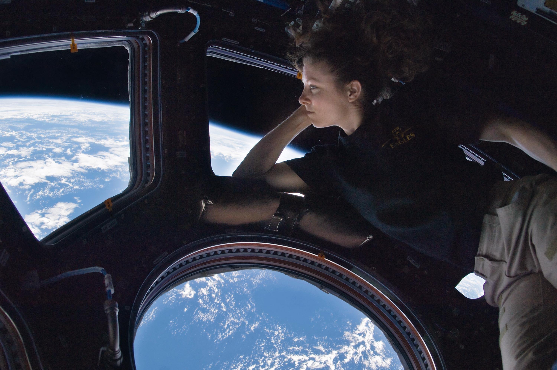 <stamp theme='pc-green1'>Doc. 2</stamp> L'astronaute Tracy Caldwell se repose dans la coupole de la station spatiale internationale, tout en faisant le tour de la Terre en 90 minutes selon une orbite circulaire.