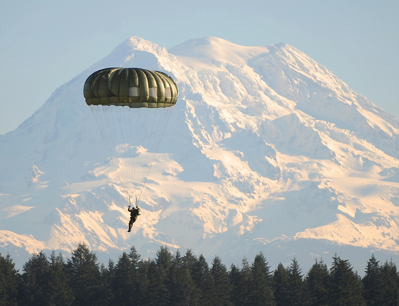 <stamp theme='pc-green1'>Doc. 1</stamp> Parachute militaire de type hémisphérique (« rond »).
