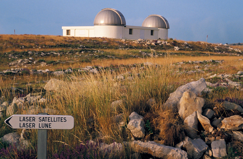 Observatoire de la Côte d'Azur (site de Calern) permettant un tir laser vers la Lune.