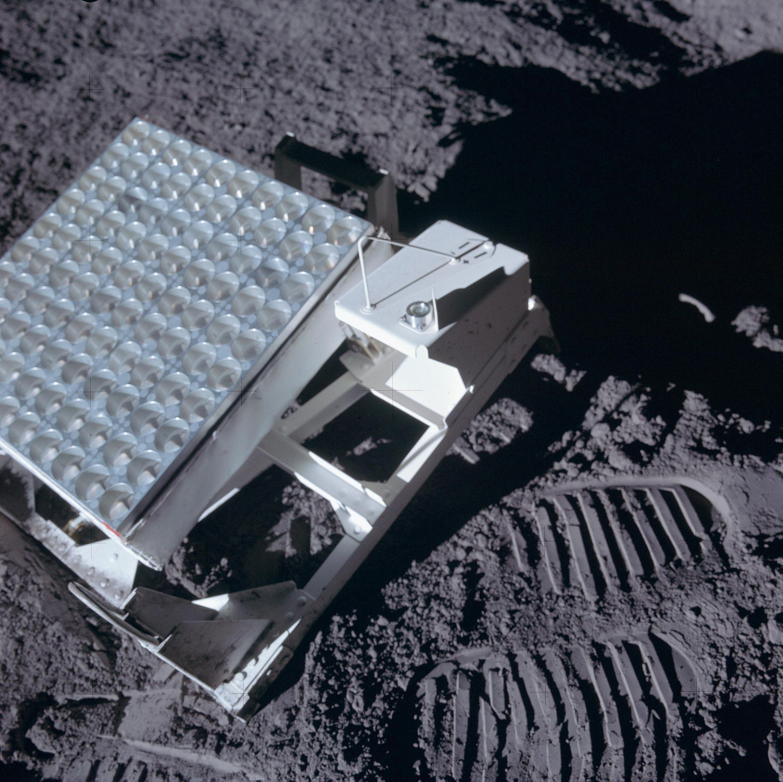 Réflecteur déposé sur la Lune lors de la mission Apollo par des astronautes américains.
