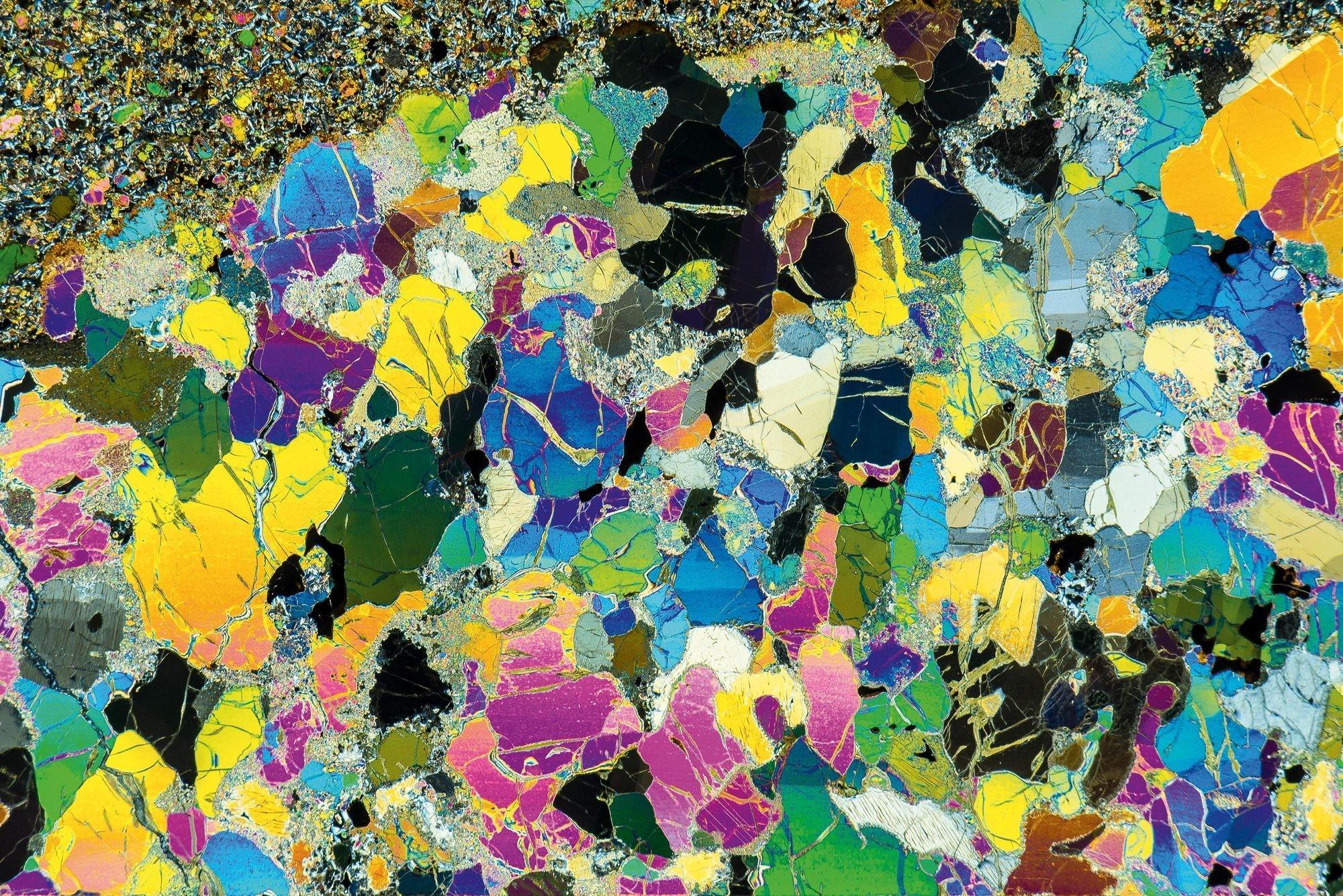 Très fine lame de roche basaltique observée au microscope