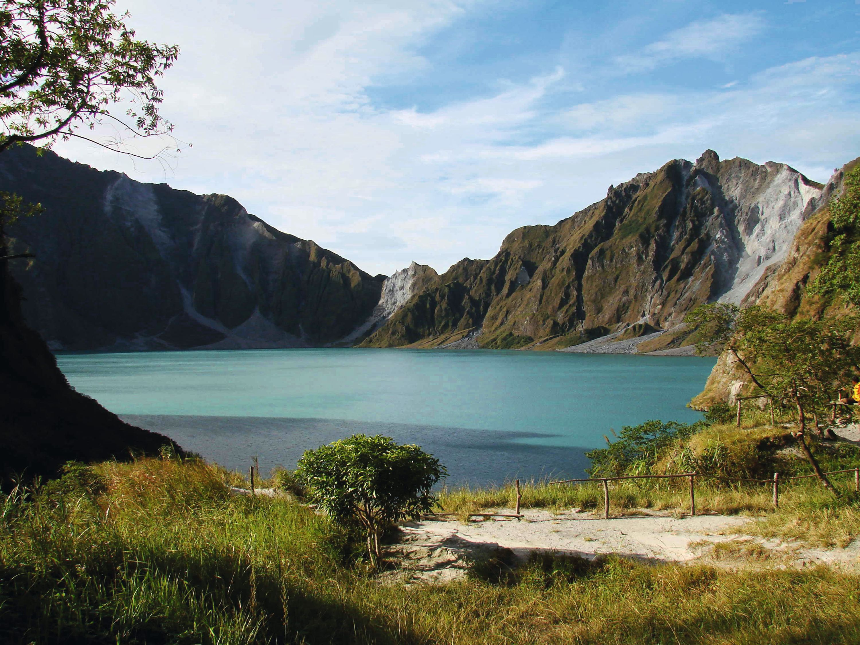 <stamp theme='svt-green1'>Doc. 5</stamp> Le lac remplissant la caldeira du mont Pinatubo formée après l'éruption de 1991.