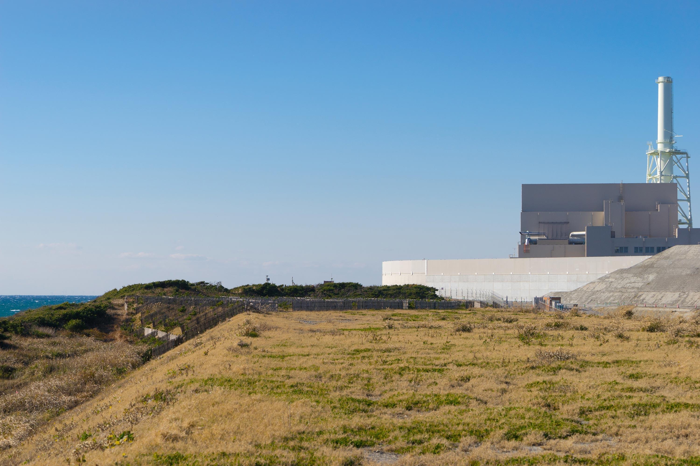 <stamp theme='svt-green1'>Doc. 5</stamp> Une digue anti-tsunami construite devant une centrale nucléaire à Hamaoka, au Japon.