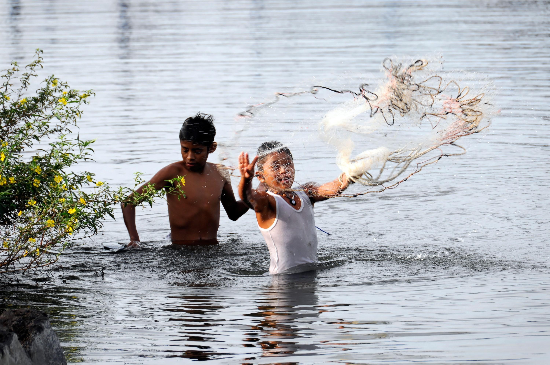Niños pescando en el lago de Nicaragua, 2009.