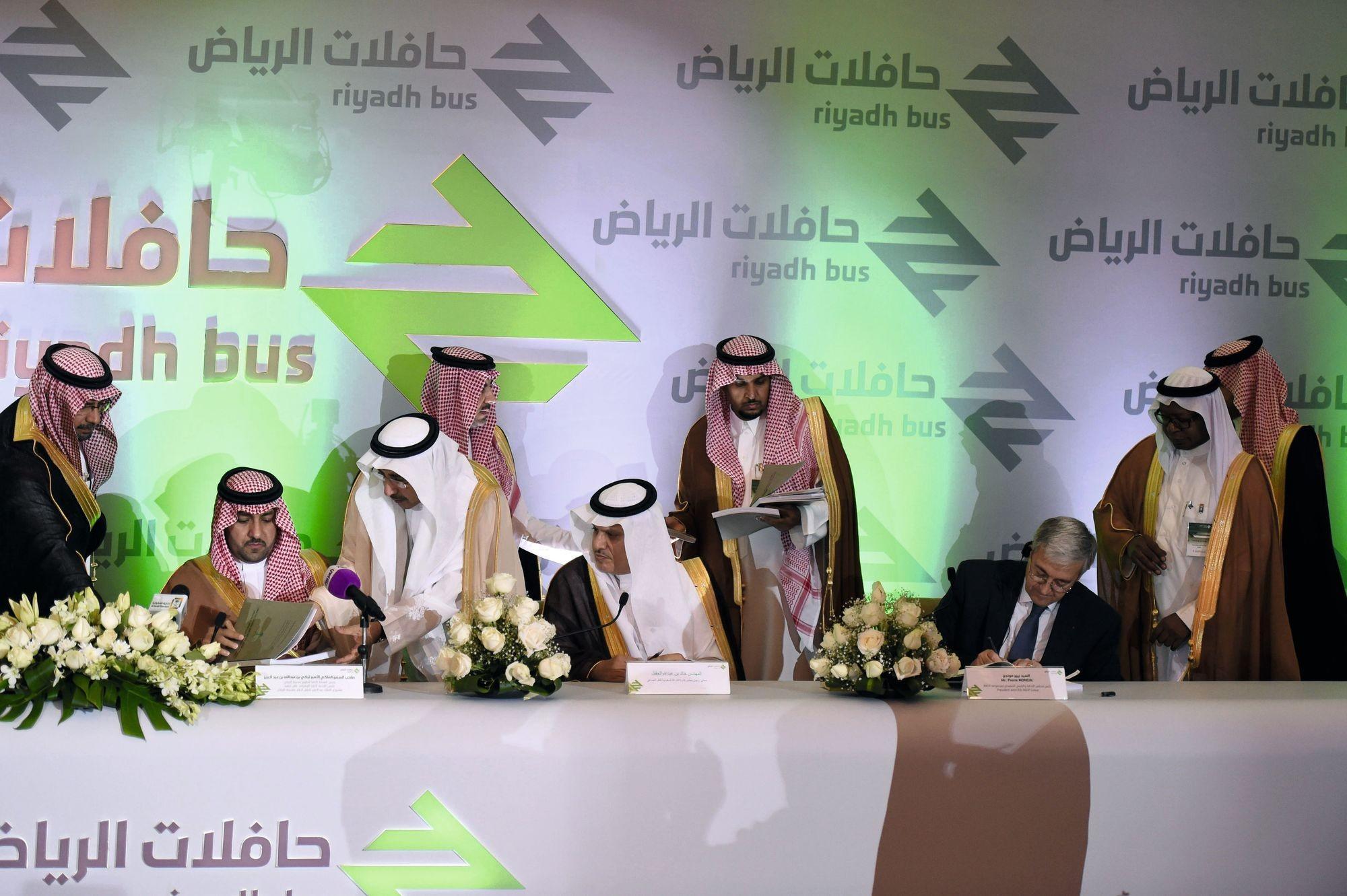 La société française RATP, représentée par son chef exécutif Pierre Mongin, signant à Riyadh l'accord sur le Riyadh Bus Project, le 20 novembre 2014