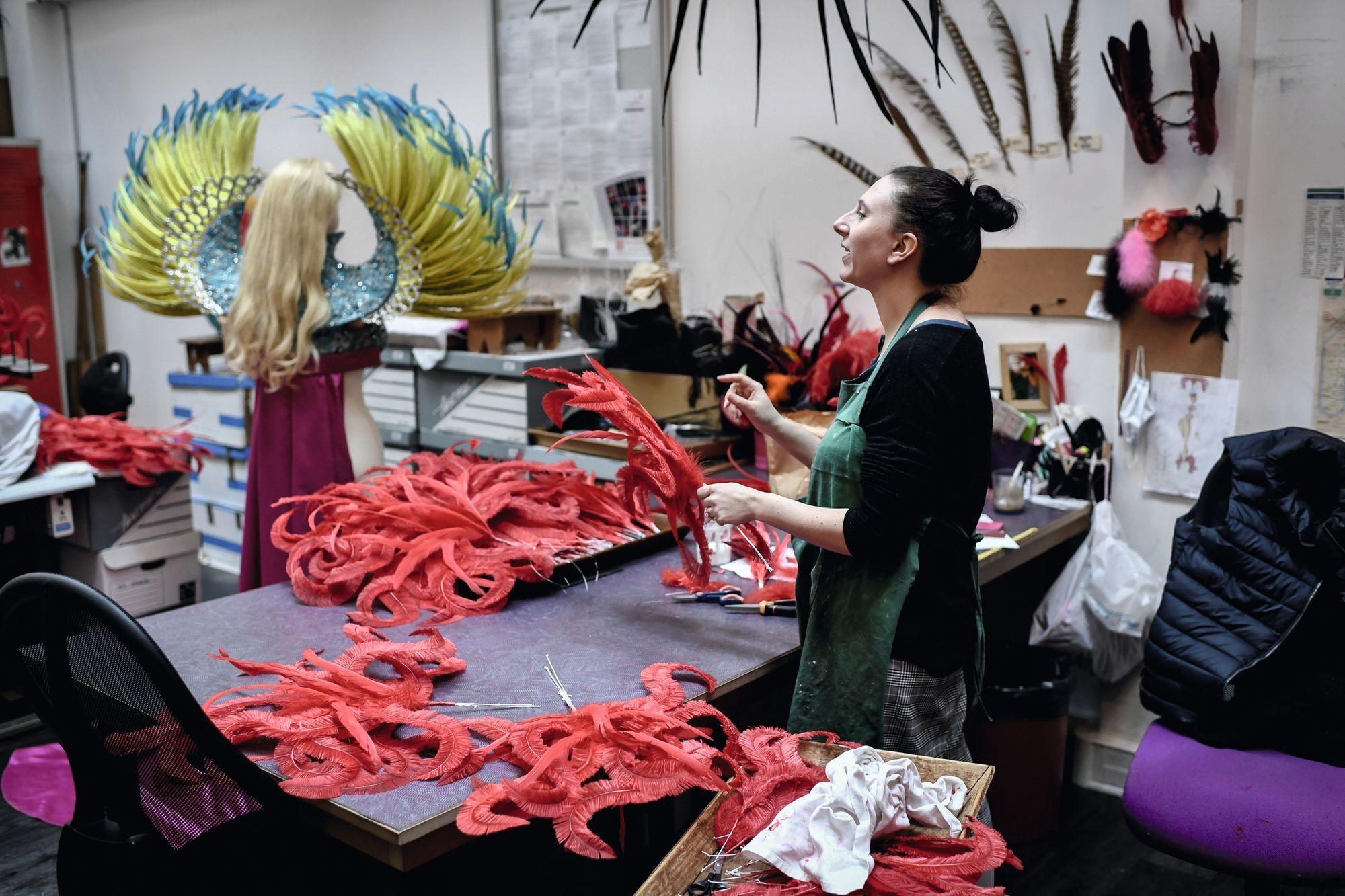 Couturière dans l'atelier du plumassier Maison Février, à Paris
