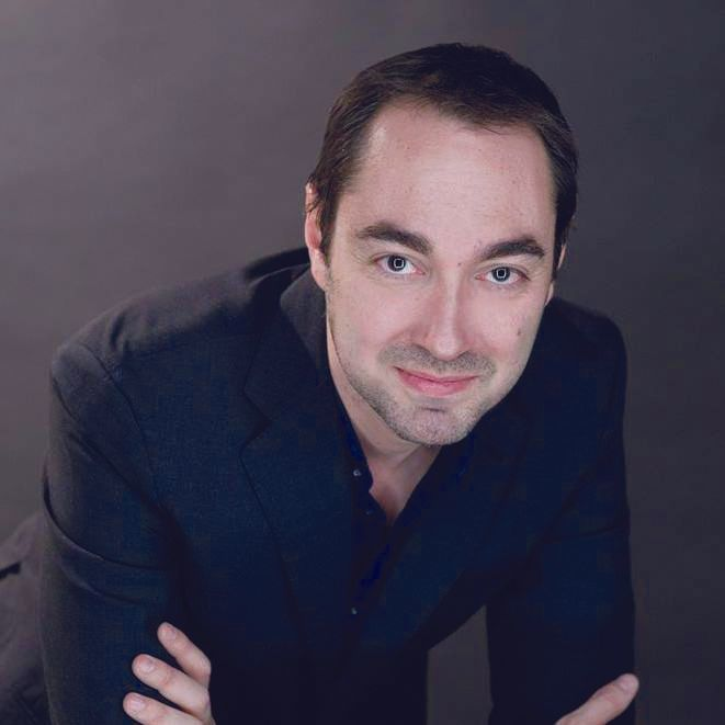 Dramaturgo y novelista : Fernando J. López