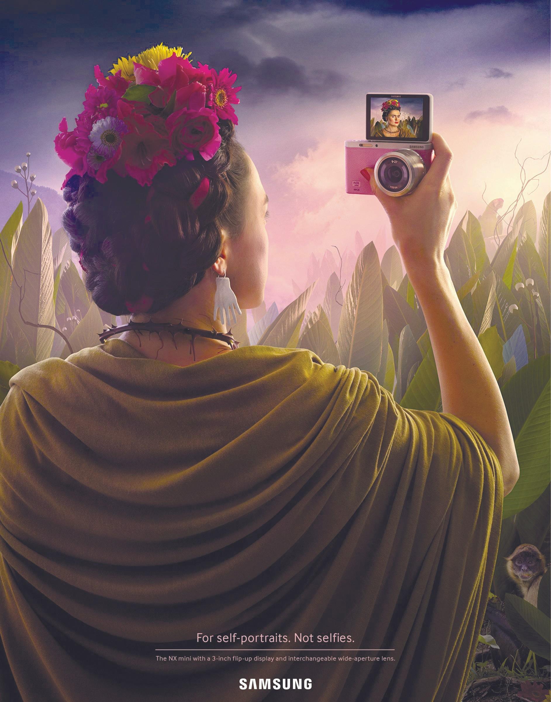 Para los autorretratos. No selfies. Samsung recrea el autorretrato de Frida Kahlo en forma de selfie, 2014.