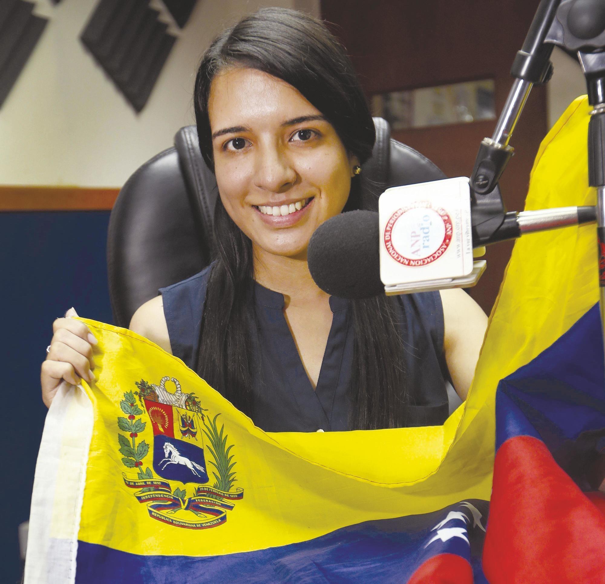 Natalia Cordoves Canacha conduce el programa radio «Venezuela en onda», 2018.