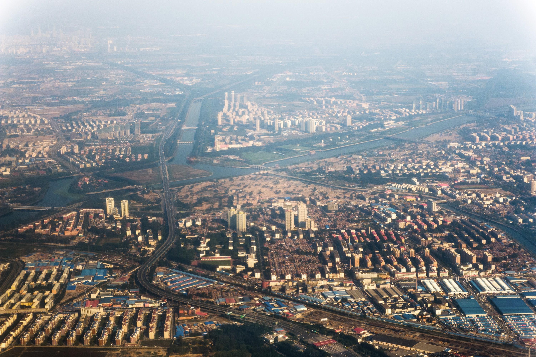 Une vue aérienne d'une banlieue à l'est de Pékin en 2010 montre un important nuage de pollution.