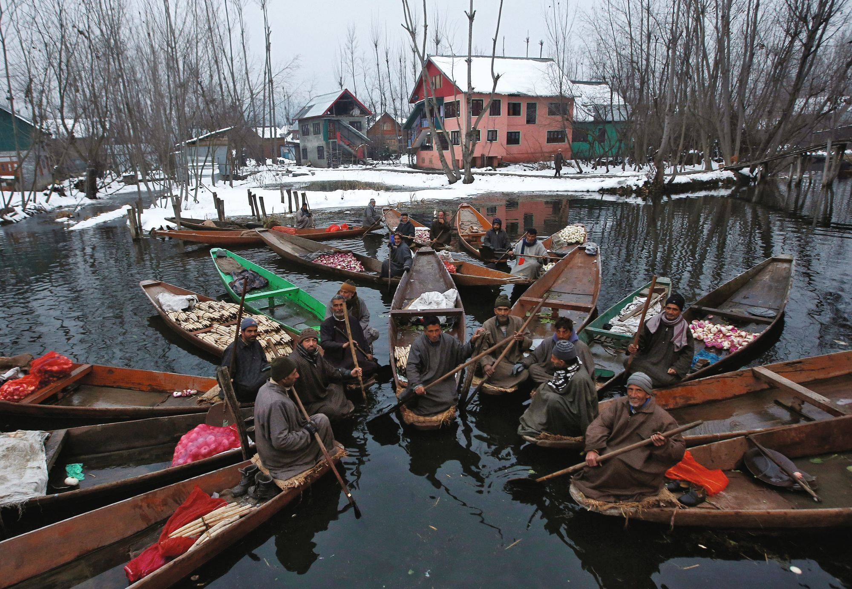 Un marché flottant à Srinagar en Inde.