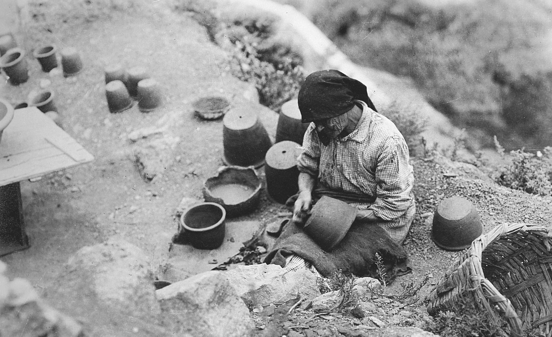 Mujer haciendo cerámica, Las Palmas, Gran Canaria, 1930