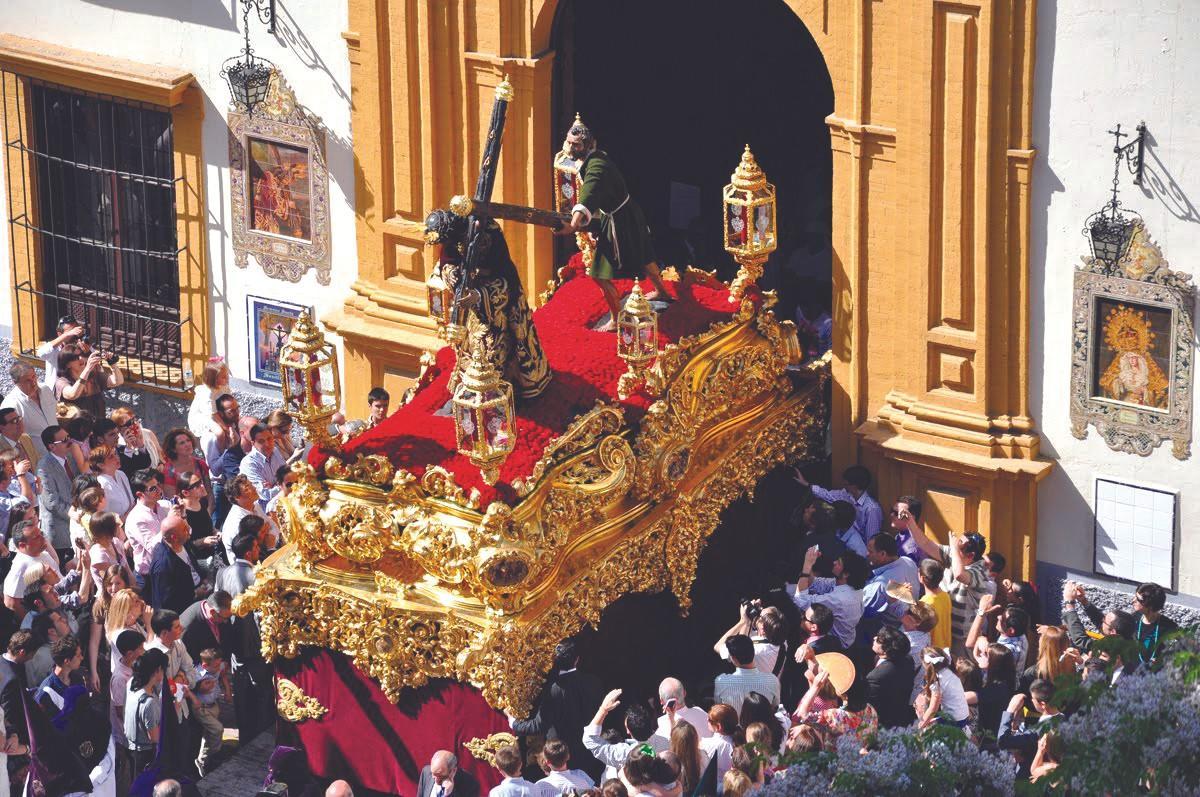 Salida del Cristo de San Roque en Sevilla con un paso de unos 1500kg, 2017