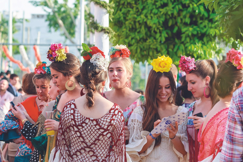 Mujeres con trajes de flamenca tradicionales en la Feria de Abril, Sevilla, 28/04/2015.