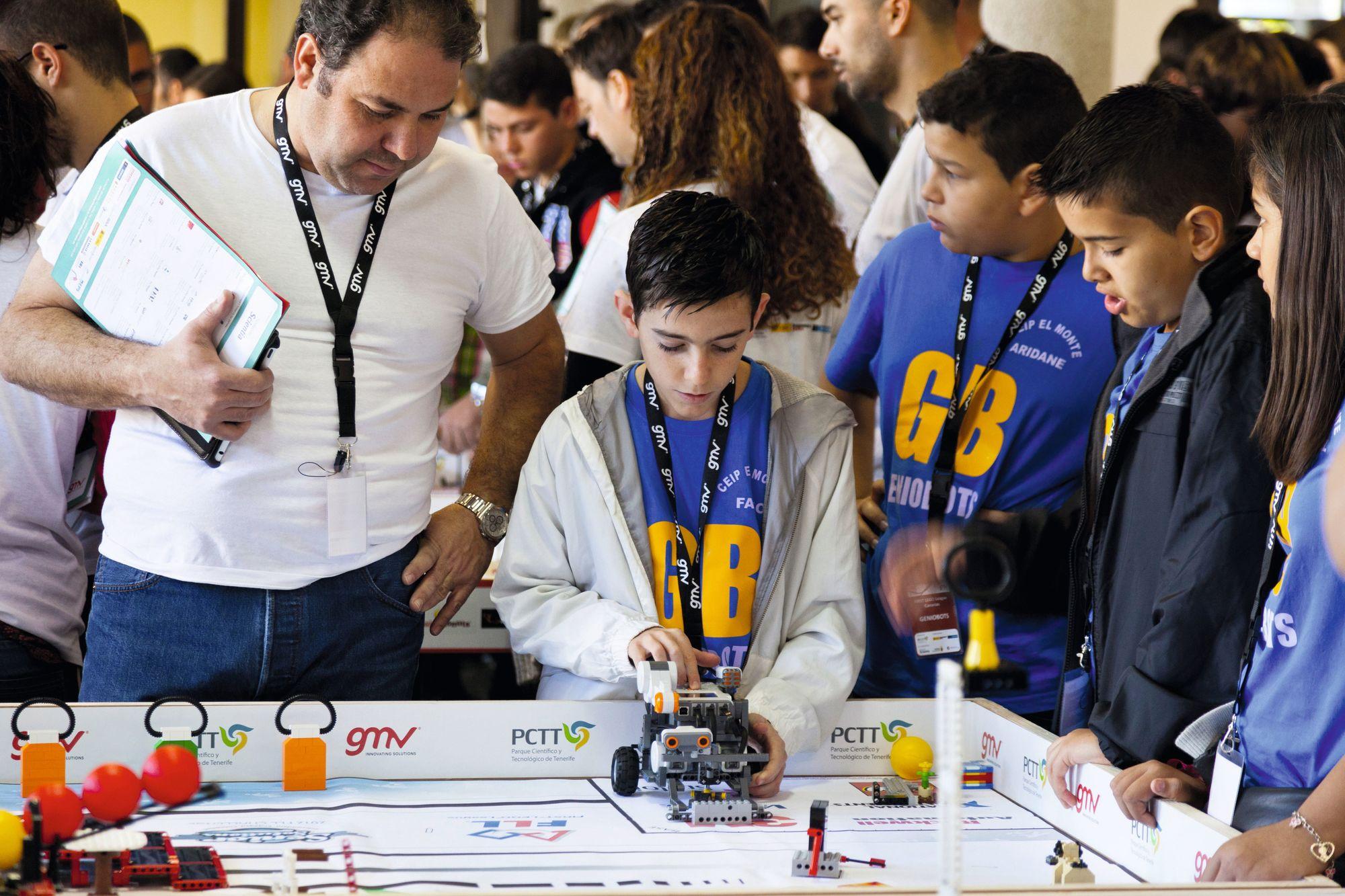 Niños compitiendo en un concurso de robótica, Tenerife, Islas Canarias, España, 23/02/2013.