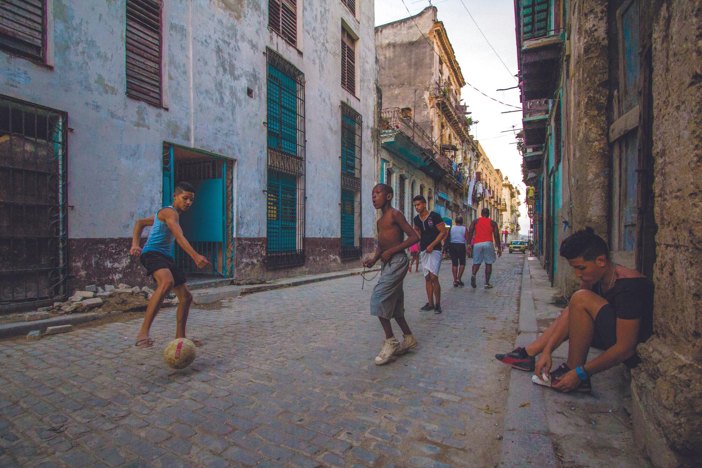 Fútbol callejero e interracial, La Habana, 2016.