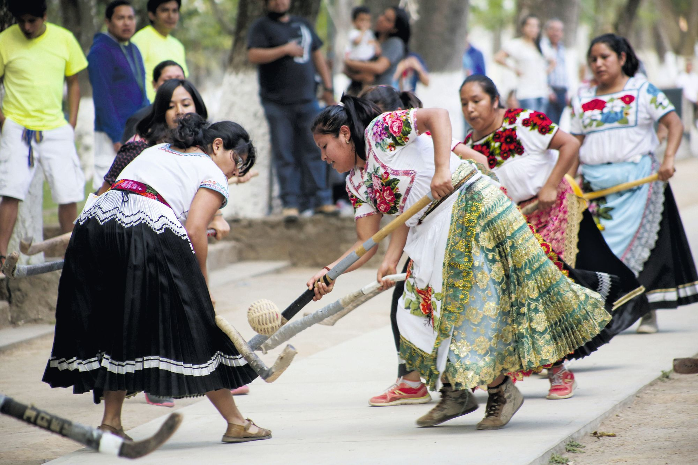 Juan José Estada Serafín, Varias mujeres jugando a la pelota purépecha (México), 2015.