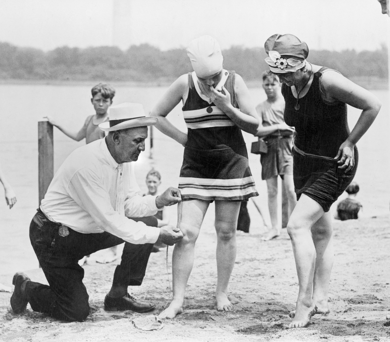 Medición de los trajes de baño, 1920.