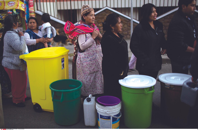 Mujeres bolivianas van a buscar agua en época de restricción, 2016.