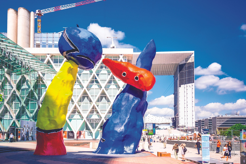Joan Miró, Pareja de enamorados de los juegos de flores de almendro, 1974. La Défense, ParÍs.