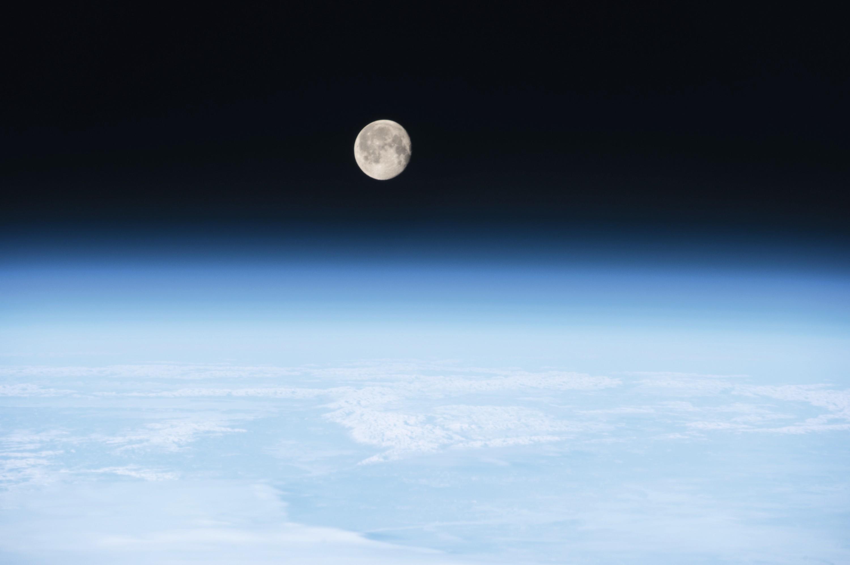 La Lune vue au-dessus de l'atmosphère terrestre