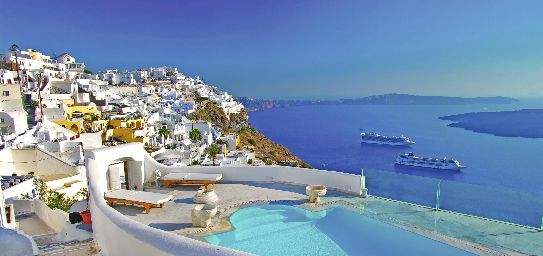 Santorin, dans l'archipel des Cyclades en Grèce