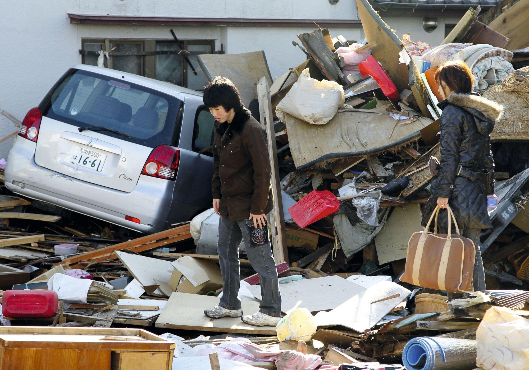 La ville de Fukushima et ses environs ont été dévastés par un tsunami dont les dégâts ont été fortement accrus par la catastrophe nucléaire causée par ce même tsunami