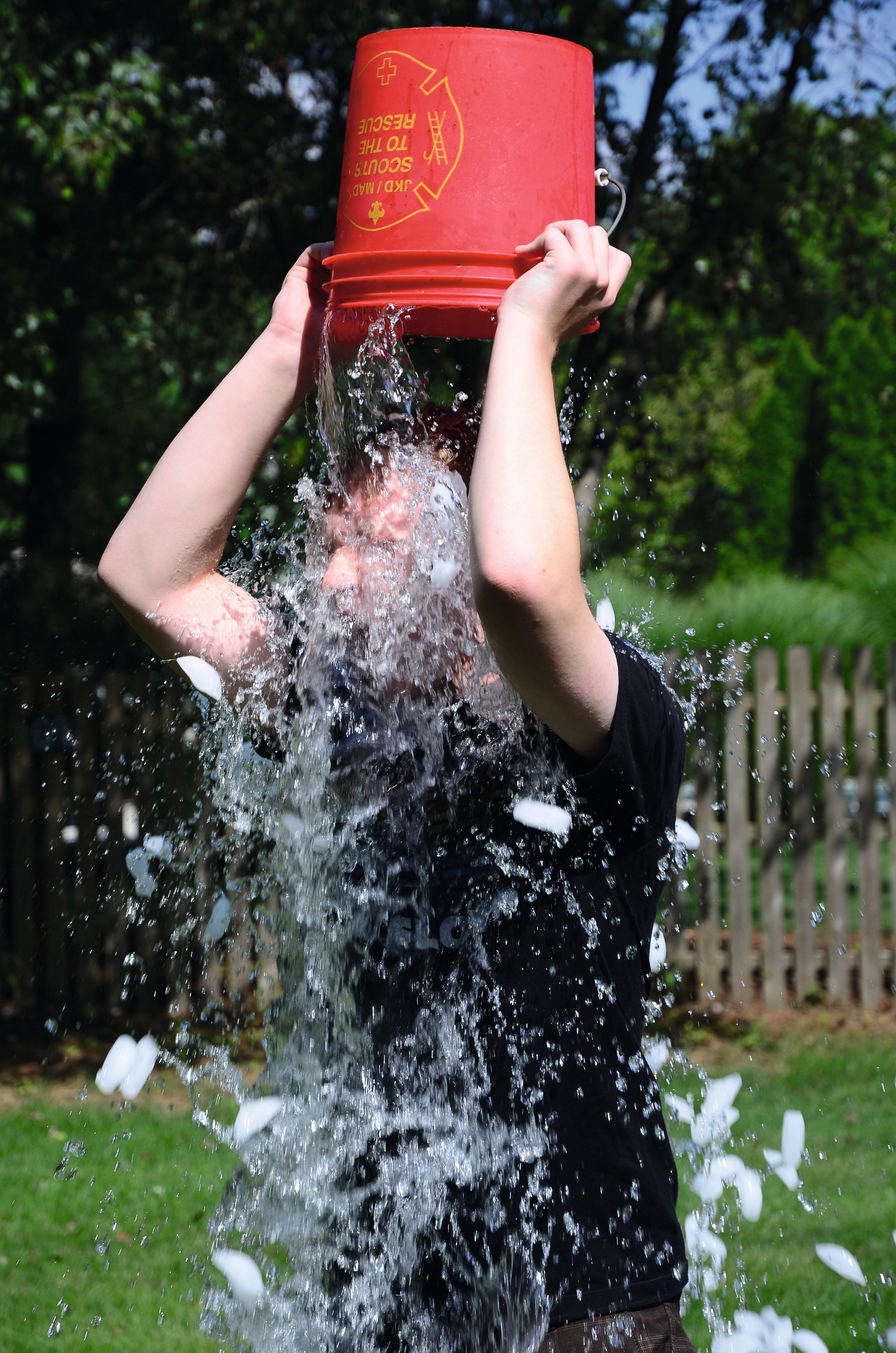 Un jeune homme relevant le ice bucket challenge