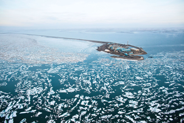 Une plate‑forme de forage pétrolier dans la mer de Beaufort en Alaska