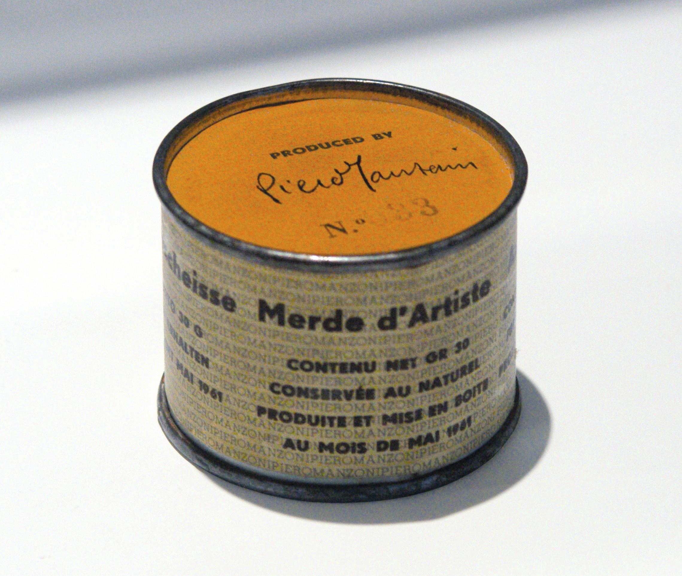 Piero Manzoni, Merde d'artiste, 1961, fer blanc et papier, 5 × 6,5 cm, Centre Pompidou, Paris.